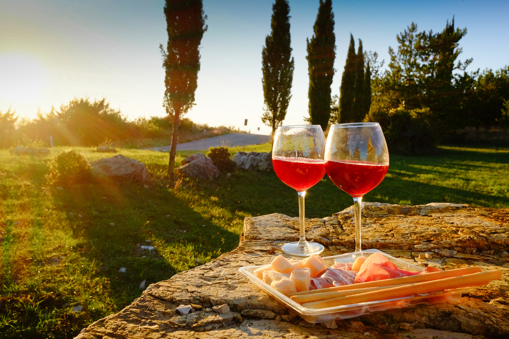 landscape-of-tuscany-and-two-glasses-of-wine-
