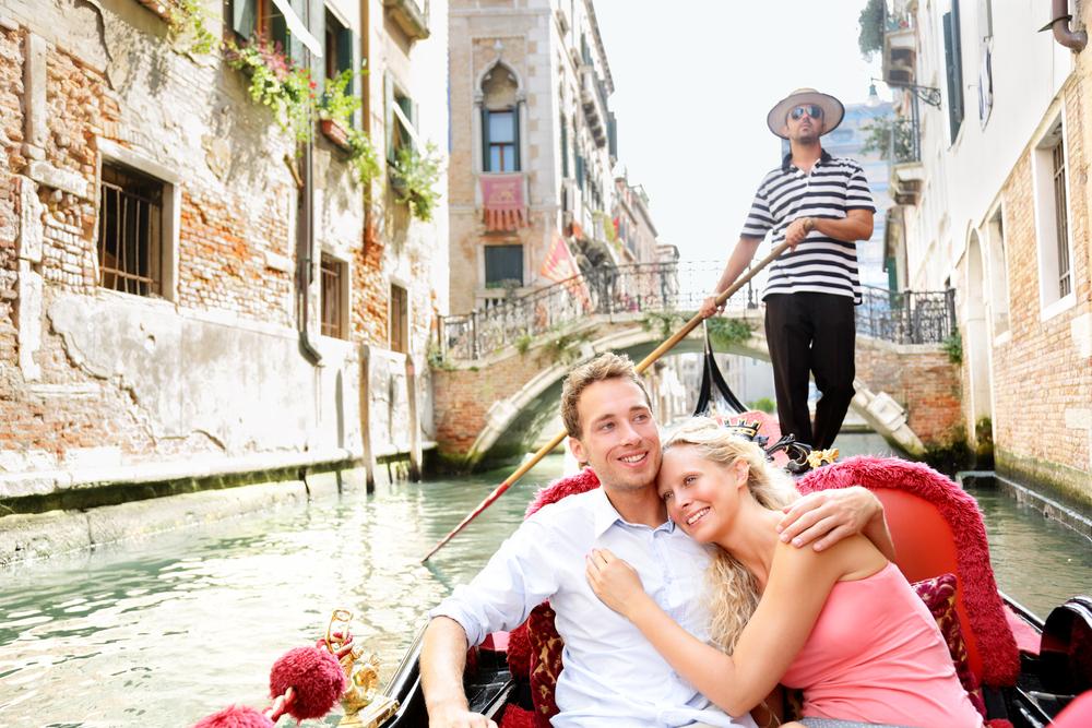 romantic-travel-couple-in-venice-on-gondole-ride-r