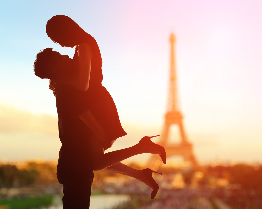 silhouette-of-romantic-lovers-with-eiffel-tower-in-paris-with-sunset
