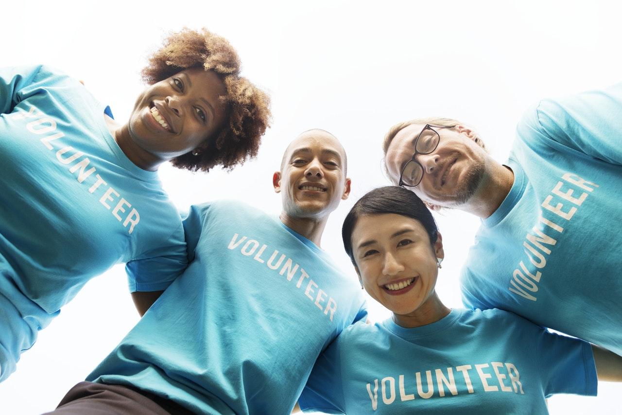 volunteer overseas to save money when traveling